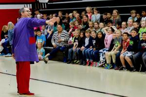 "Woodland Primary School students learn science concepts from a circus performer during OMSI's ""Gollyology"""